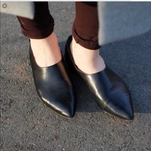 Vince. Black leather pointed toe flats/Loafers.